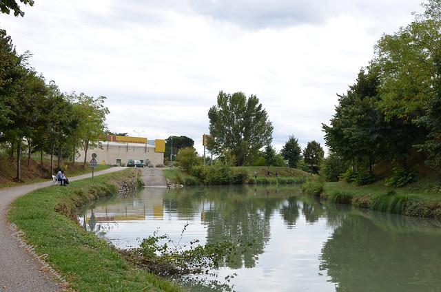 Espace de paix entre ville et zones industrielles et commerciales.