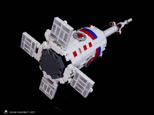 Minifig-scale LEGO Soyuz-1-9 Soyuz-FG