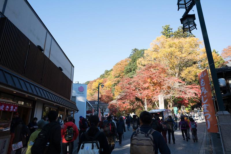 紅葉の高尾山 ケーブルカー駅前広場