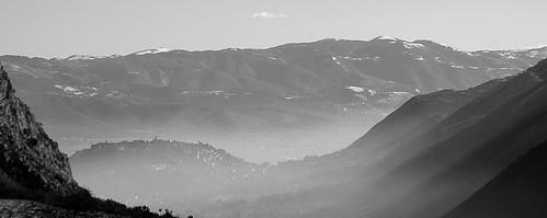 mist foschia nebbia mattino greyscale bw montagne cai escursionismo backpacking