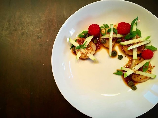 Seared scallops with apples and orange sauce