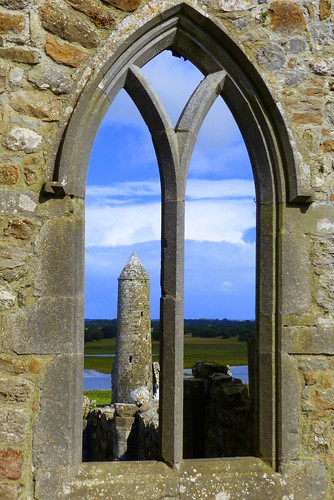 irland ireland èire countyoffaly clonmacnoise monastery kathedrale cathedral fenster window rundturm roundtower landschaft landscape natur nature ivlys