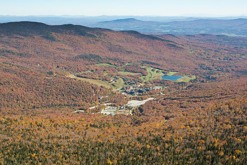 usa fall autumn vermont stowe mountmansfield smugglersnotch statepark leaves red yellow orange trees hiking trail skiing skiresort