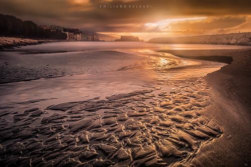 alba sunrise raggi rays nikon d3100 napoli italia italy mare sea nuvole clouds dorato golden sabbia sand scogli rocks yellow giallo