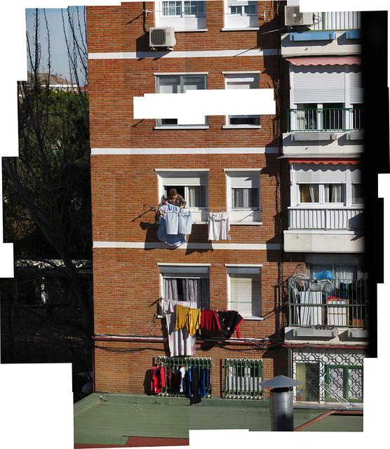señora tendiendo ropa en Aluche, Madrid (2017)