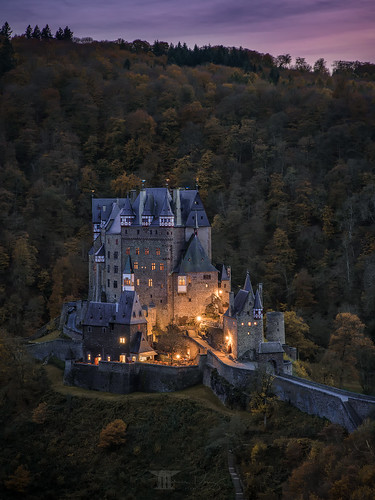 burgeltz castleeltz eltz burg castle mittelalter medieval wierschem rheinlandpfalz rhinelandpalatinate deutschland germany aussichtspunkt viewpoint sunset forest wald sonnenuntergang beleuchtung lights mountains berge herbst autumn bilderschmied bäume trees landscape tower sky