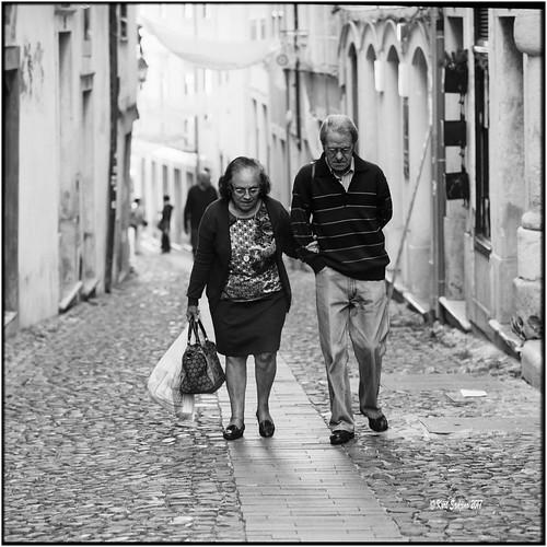 6x6 carlzeisssonnar150mmf14 coimbra hasselblad500cm kodak400tmax nikonsupercoolscan9000ed october2017 porto portugal rodinal analog blackwhite film scan street