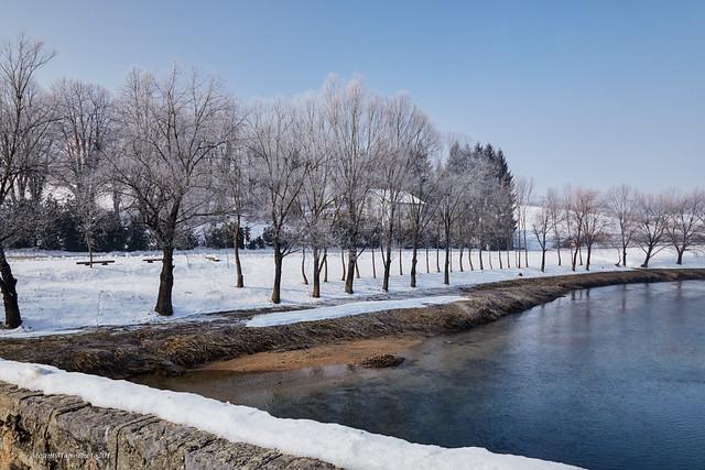 Zimski krajolik u Novigradu na Dobri sa staroga mosta