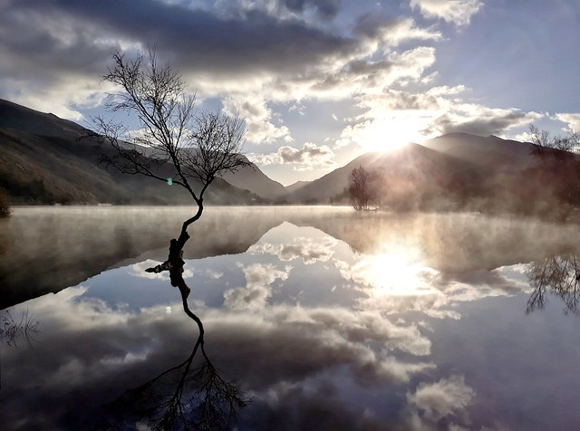 Padarn lake reflection.