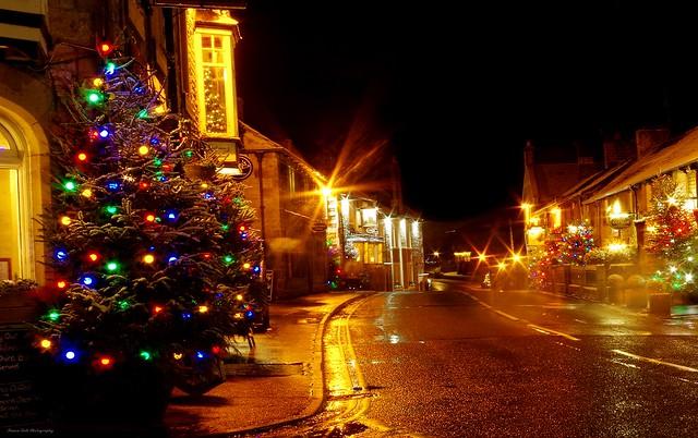 castleton derbyshire night time christmas snow lights 2017  (11)