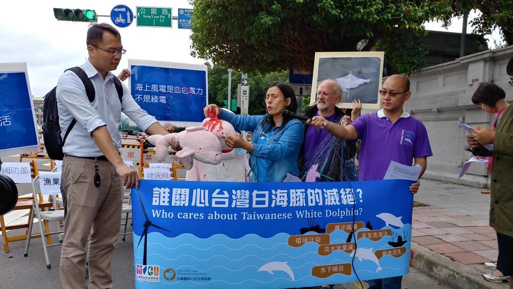 民間團體擔憂白海豚因離岸風機滅絕,在環評會場外抗議。本報資料照。
