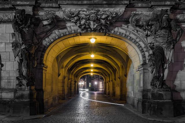 Leuchtspur im Georgentor in Dresden