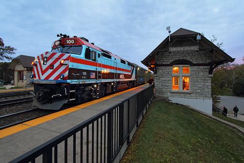 metra metx 100 f40ph f40ph3 emd commutertrain passengertrain station depot hinsdale highlands illinois bnsf rta wrap regionaltransportationauthority train railroad locomotive il