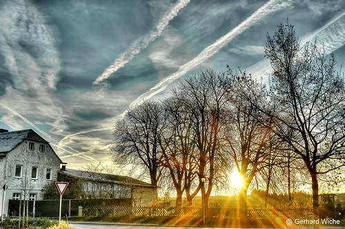 sunrise sonnenaufgang bäume fernverkehr himmel sky sonne sonnenstrahlen sunbeams haus baum natur nature früh tagesbeginn