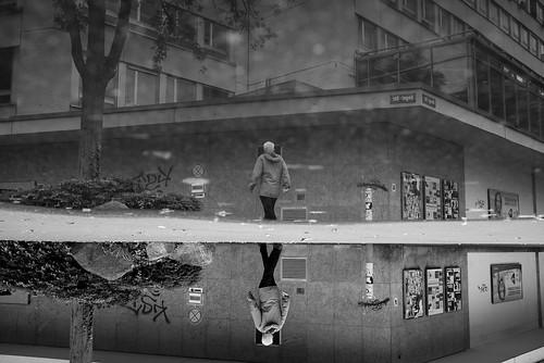 zürich reflection puddlegram pov pointofview man kreis4 bw noiretblanc switzerland ch 2017 fujifilm x100t 35mm streetphotography