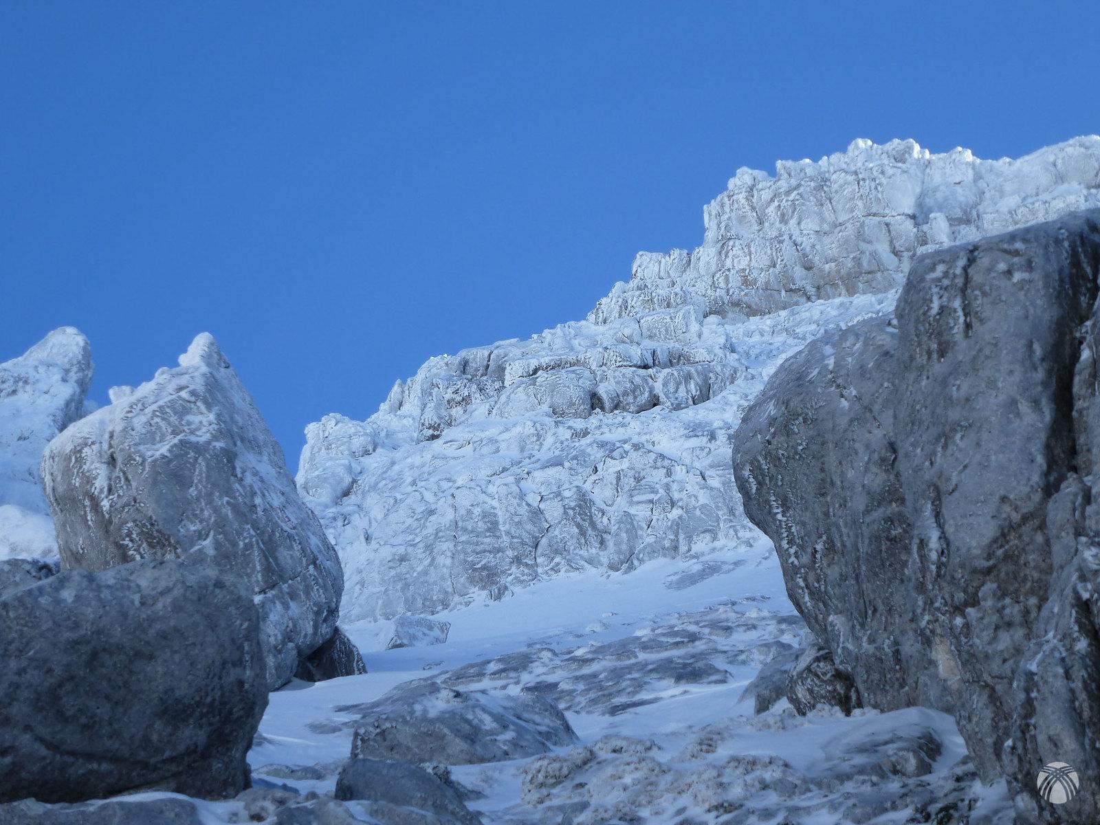 Toda la roca está chapada con hielo