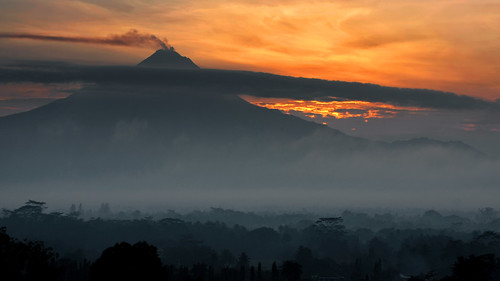 40d visionhunter vulkan vulcano mountain berg merapi java indonesia sunrise golden light