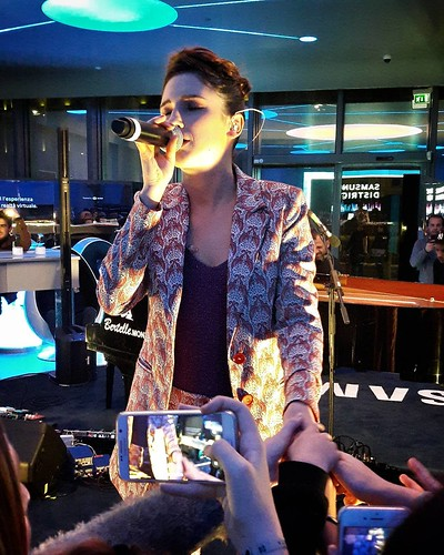 Lodovica Comello #music #fun #samsunglive #samsungdistrict #samsungdistrictlive #milanomusicweek #sing #milAmo #play #igers #igersitalia #igersmilano #singer #hands | by Mario De Carli