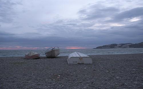 mar sea playa plage beach arena barcas boat paisaje horizonte atardecer sunset nubes cielo sky cloud puestadesol bluehour horaazul bote