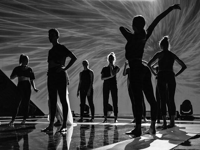 #Cannes avant le show, silhouettes dans la pénombre #nma2017 @tf1 @villecannes