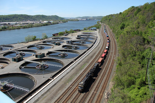 norfolksoutherntrains pittsburgh pittsburgharearailroads nsinpittsburgh nsfortwayneline tracks railroadtracks ohioriver stacktrains nsstacktrains norfolksouthern