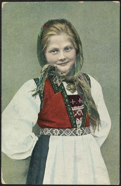 Ung jente i bunad fotografert av Solveig Lund