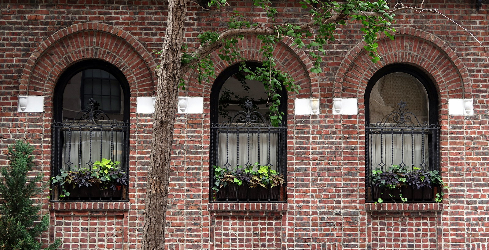 Windows arched with narrow brickwork, 169 West 12th Street (1922), Greenwich Village, New York
