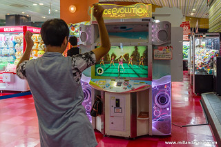 Disfrutando de Dance Dance Revolution en un salon recreativo de Osaka | by Millán