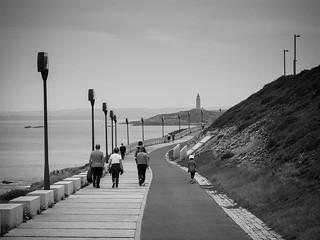 Paseos familiares. #blackandwhite #b&w #Coruña #olympus #photography #torredehercules #olympusomd #blancoynegro #walk #paseo | by treboada
