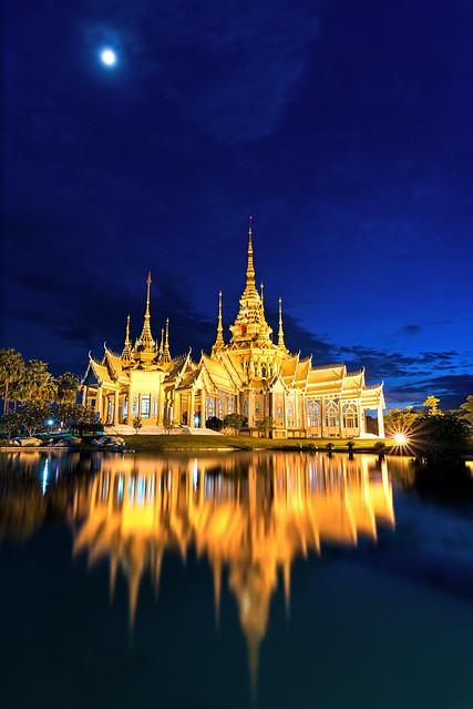 Watnonkhum night scene