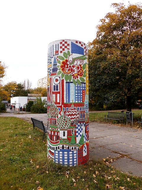 1985 Berlin-O. Deutsch-Sowjetische Freundschaft Glasmosaik auf Betonsäule von Herbert Bergmann-Hannak Walter-Felsenstein-Straße 18 im Quartier Bürgerpark in 12687 Marzahn