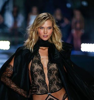 Karlie Kloss walks the runway at the 19th annual Victoria's Secret Fashion Show in London on December 2nd, 2014 | by luztieneunblog