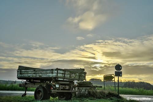 sunrise sonnenaufgang himmel sky wolken clouds sonya7 sony a7 weitwinkel anhänger trailer wegweiser sonne sun sonnenlicht light landwirtschaft bauernhof trogen dorf