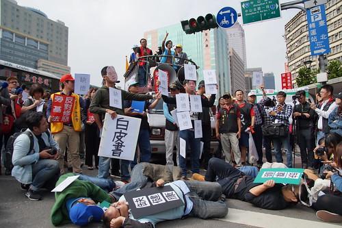 圖01.勞團至行政院抗議一例一休,並演出行動劇諷刺一例一休惡修。(1061109)