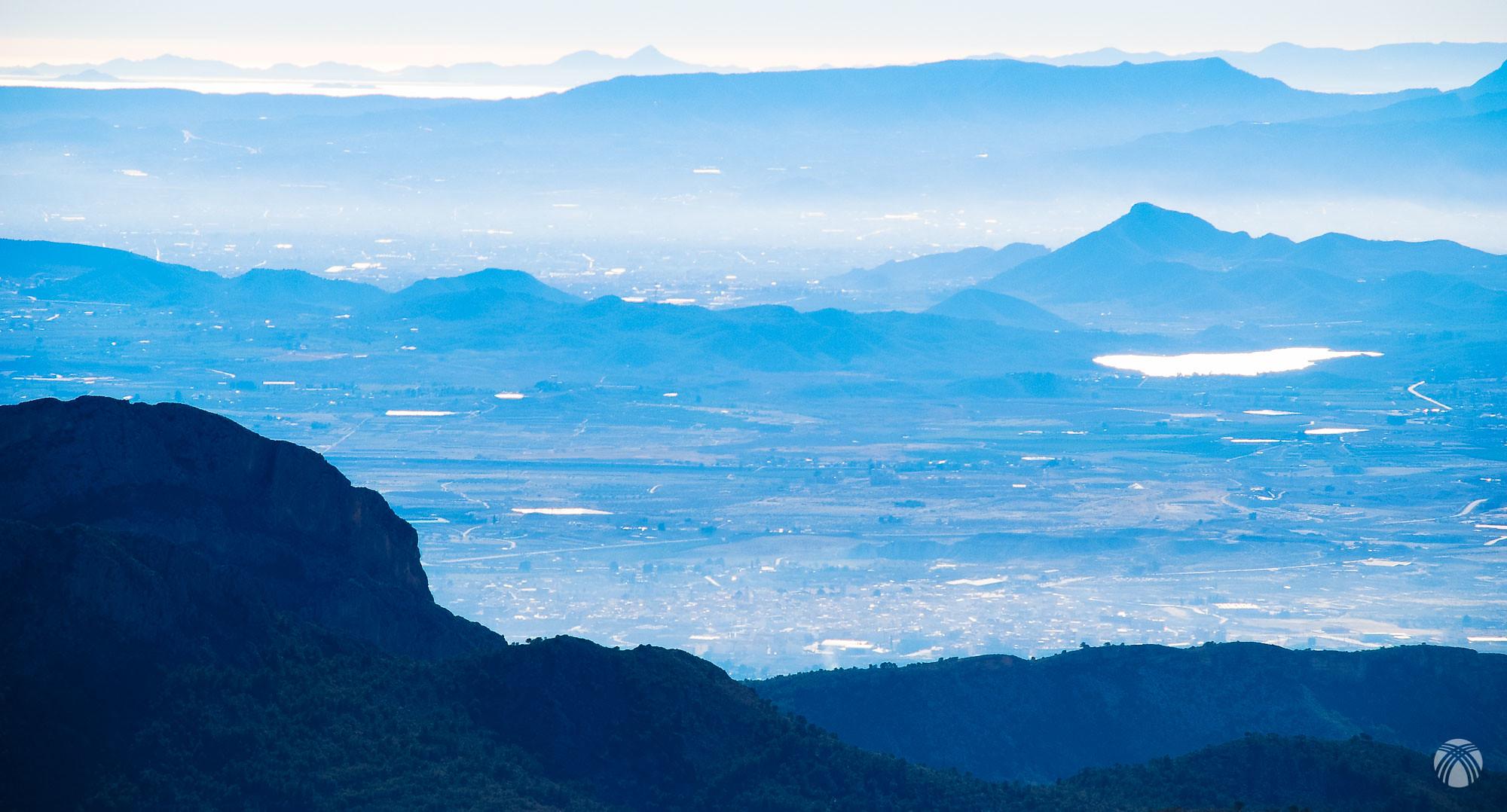 Mirando hacia el sur. Fortuna en primer plano. Embalse de Santomera, el Bermejo y al fondo el Mar Menor con el Pico de las Cenizas