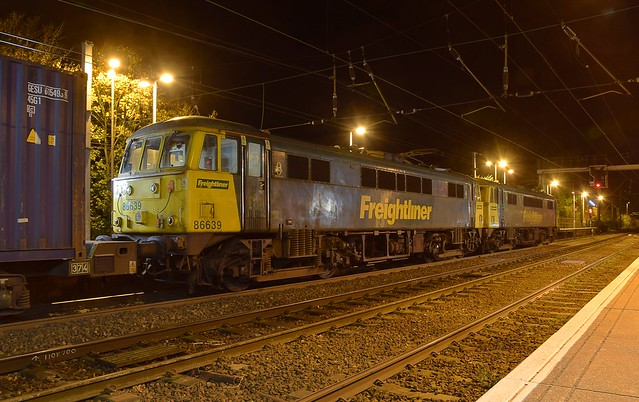 86638 & 86639 get the feathers to cross the mainline into Ipswich Yard, with the Crewe Basford Hall - Felixstowe Freightliner service, at Ipswich Station. 10 11 2017