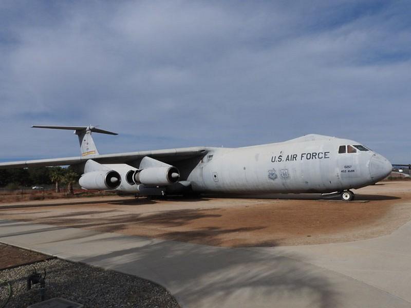 Lockheed C-141B Starlifter 2
