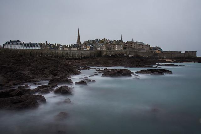 Saint Malo en bleu gris.