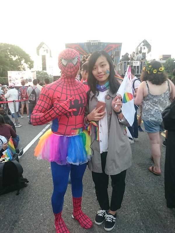裝扮成蜘蛛人的王先生大方地與好奇的民眾合影,不希望他人透過性別來評斷自己,因而選擇了這樣的裝扮。圖/黃詩芸攝。