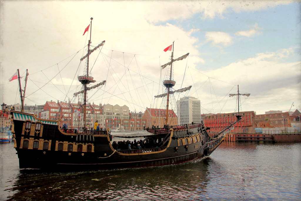 Galeon Lew (Lion Galleon) | Mock pirate ship used as a cruis