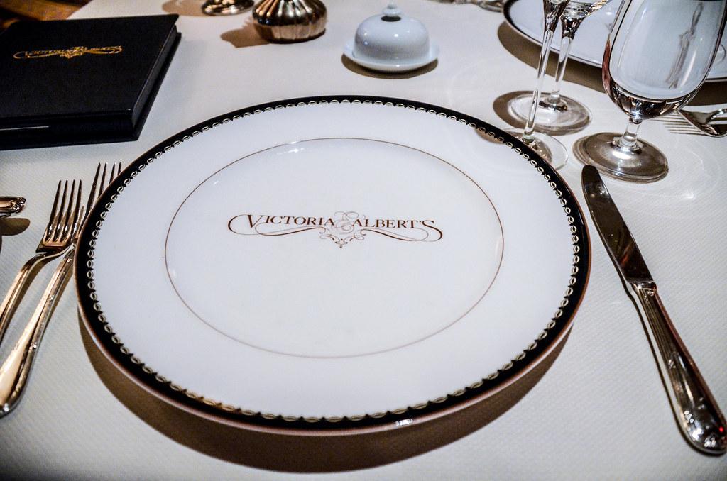 V&A plate