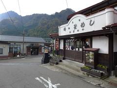 「峠の釜めし」で有名な「おぎのや」。横川駅前の本店では店内で食べられる。また駅構内では駅そば店も営業している。