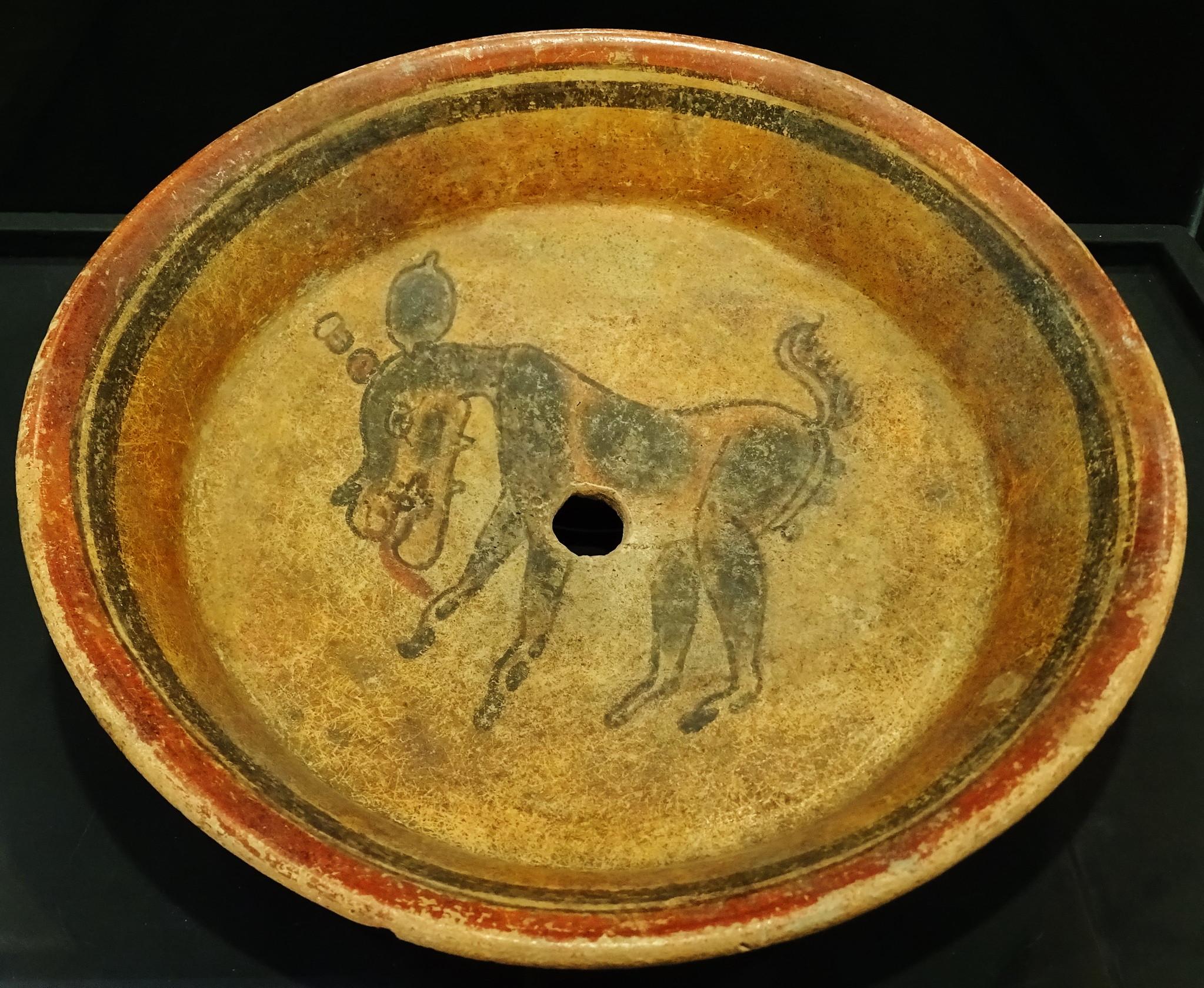 Plato pintura deanimal ceramica Maya exposicion antiguo Colegio de la Compañia de Jesus Antigua Guatemala