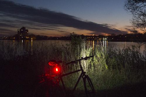 light red twilight sunset river weed bike bicycle vélo bici végétation eau rivière rivièredesprairies
