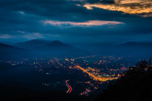 appalachia cumberlandgap cumberlandgapnationalhistoricpark kentucky middlesboro pinnacleoverlook bluehour dusk nightphotography citylights landscape sky virginia