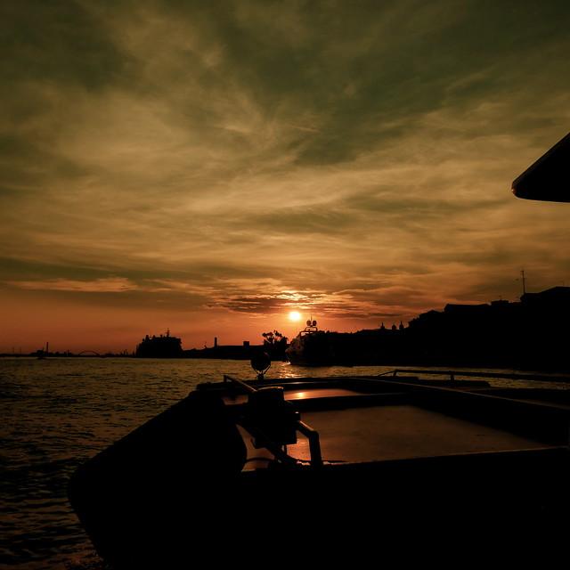 Couché de soleil  sur le canal Giudecca / Venise