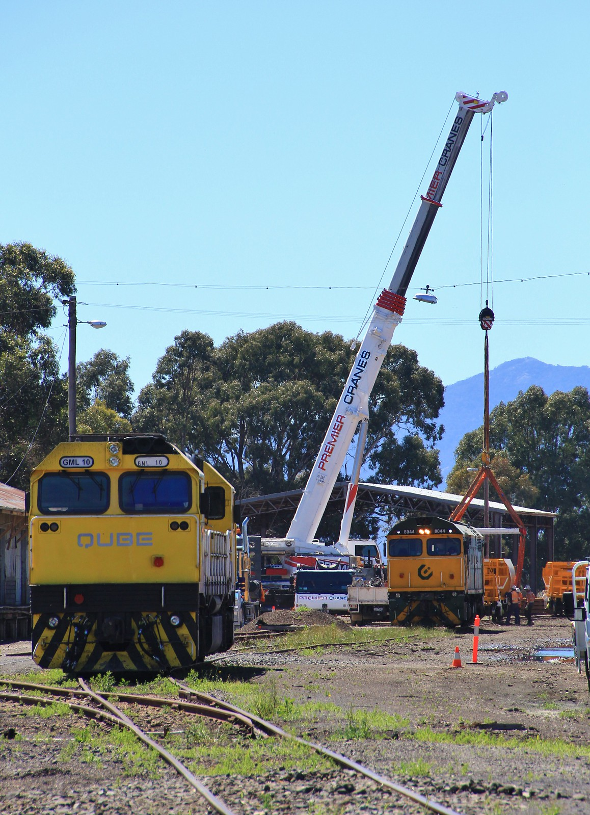 GML10 and 8044 sit in Ararat yard as ballast wagons are loaded onto trucks to be taken to Avoca by bukk05