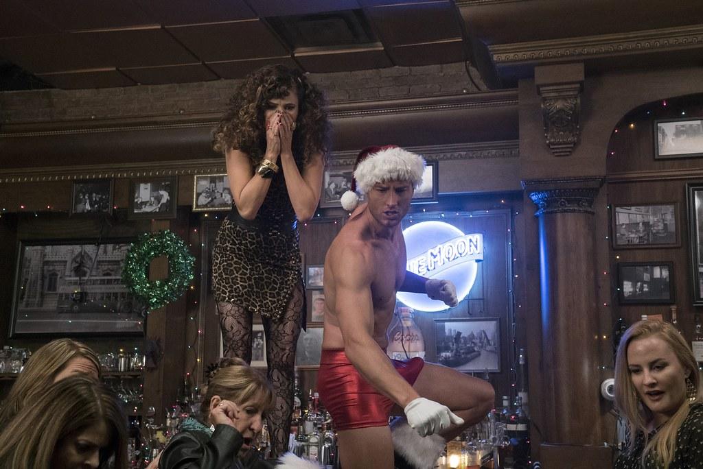 A Bad Moms Christmas Justin Hartley.A Bad Moms Christmas Kathryn Hahn And Justin Hartley In A
