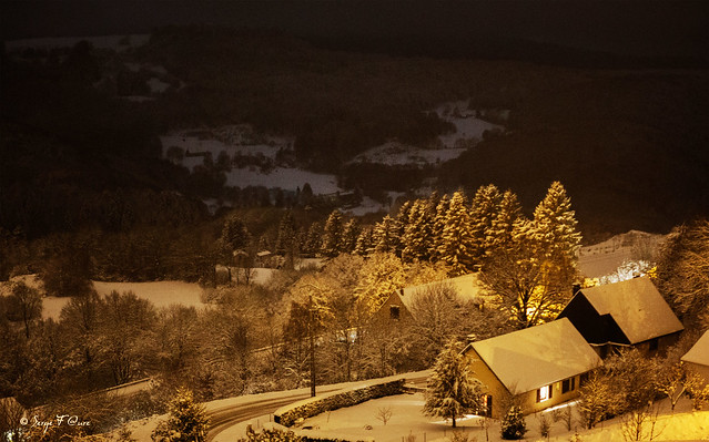 Murat le Quaire la nuit enneigée - Massif du Sancy - Auvergne - France