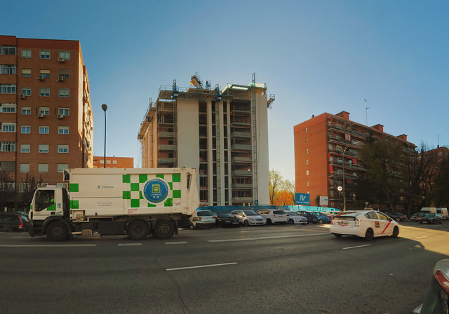 Construction of Apartment building in Aluche, Madrid; taxi, medio ambiente truck  (2017)